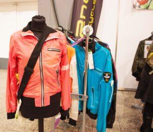 Upcycling: Jacken aus alten Fallschirmen